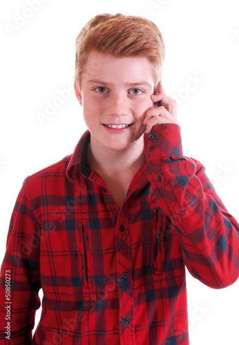 Junge telefoniert