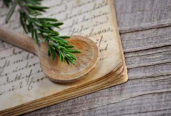 Kochlöffel auf antikem Rezeptbuch