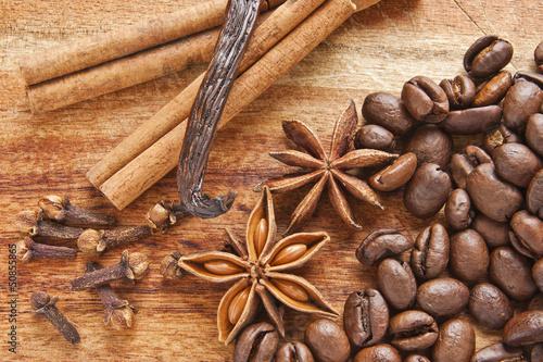 Kawa z przyprawami na tle drewna - 50855865