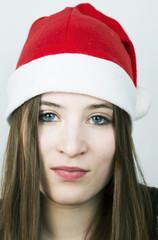 junge frau mit weihnachtsmannmütze