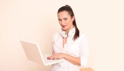 junges Model mit Laptop