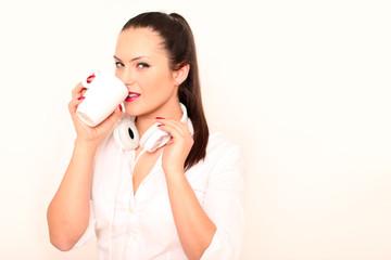 Model trinkt aus Tasse