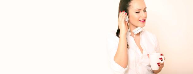 junges Model hört Musik