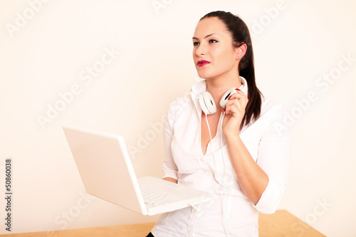 junges Model mit Laptop