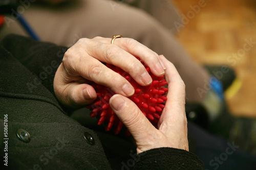 Haende beim Halten eines Igelballs.