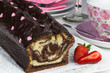 Schokoladenkuchen mit Erdbeeren und Gedeck