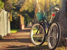Retro Fahrrad an sonnigen Straße. Konzentrieren Sie sich auf Hinterrad.