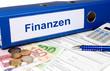 Finanzen Ordner mit Geld und Taschenrechner
