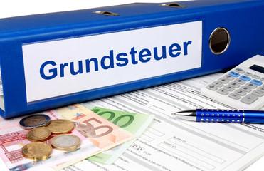 Grundsteuer Ordner mit Geld und Taschenrechner