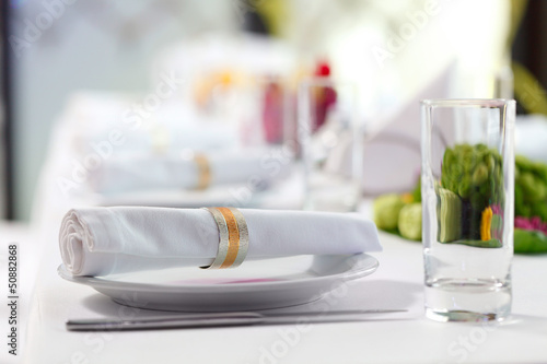 Papiers peints Table preparee Decoratively folded napkin with clip