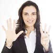 Frau zeigt mit acht Fingern die Zahl 8 an
