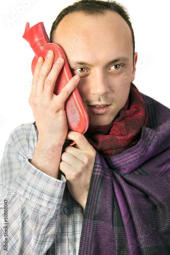 Mann mit Wärmflasche