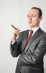 Chef in Erwartungshaltung mit Zigarre