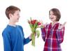 Junge überreicht Mädchen einen Blumenstrauss - erstes Date