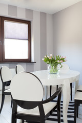 Vibrant cottage - White table