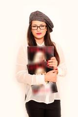 Junges Mädchen mit Zeitschrift