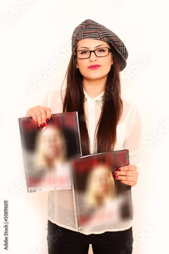 Junges Mädchen mit Zeitung