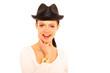 junge Frau mit schwarzem Hut