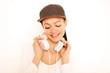 Frau mit Cap und Kopfhörer