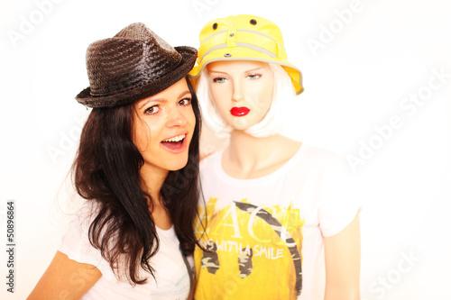 Frau mit Schaufensterpuppe