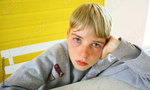jeune adolescent triste