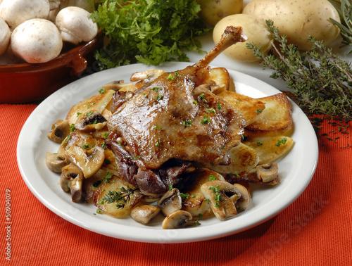 Papiers peints Plat cuisine cuisse de canard confite et pommes de terre
