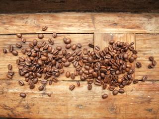 Kaffeebohnen auf altem Holzbrett