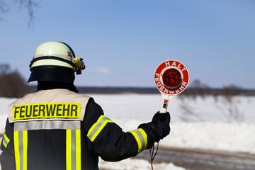 Feuerwehr Einsatz Feuerwehrmann mit Warnkelle