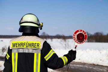 Feuerwehr Einsatz Wehrführer sperrt eine Strasse