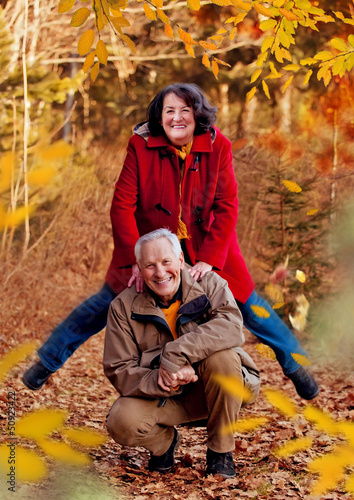 sportliche Senioren im Herbst / walking 6