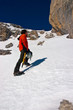 Alpinista su canale di neve