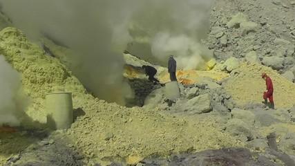 В кратере вулкана Иджен.Ява.