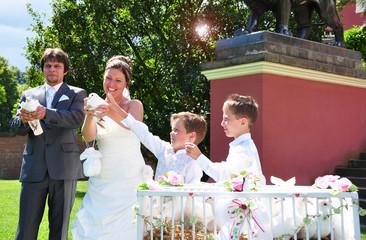 Hochzeitspaar mit seinen Kindern