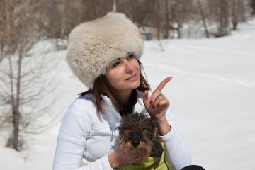Cane e padrona sulla neve