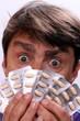 Gesicht Mann hinter Tabletten wie Pokerkarten