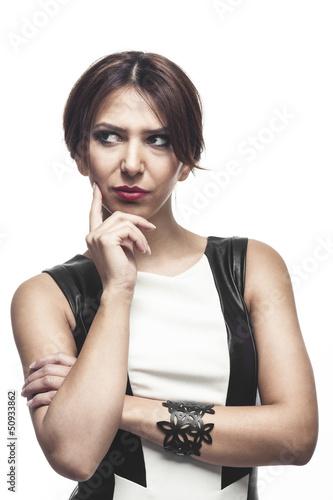 Nachdenkliche stylische Frau
