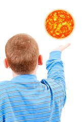 Мальчик пытается дотянуться до солнца