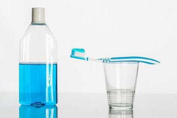 Mundspülung und Zahnbürste
