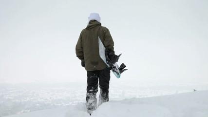 Snowboarder mit Board im Winter