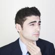 Geschaeftsmann mit Halsschmerzen