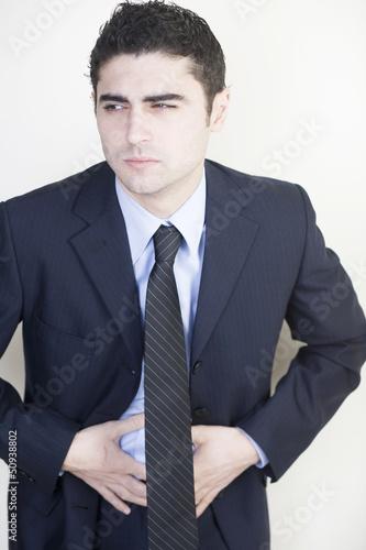 Businessman mit Bauchschmerzen