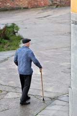 Señor mayor andando