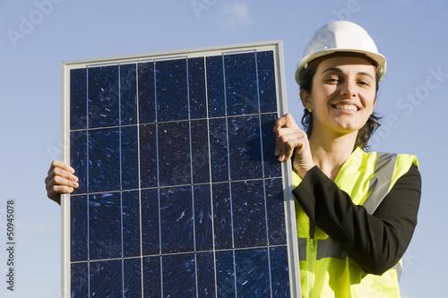Frau mit Solarpanel