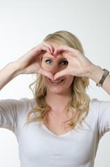 Frau formt Herz mit den Händen
