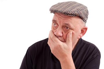 portrait d'un homme triste sur fond blanc