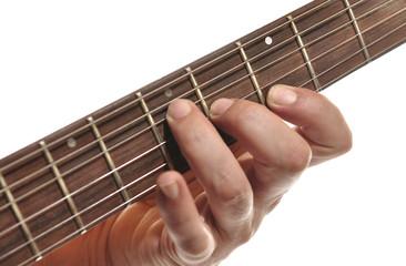Tocando la guitarra.