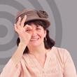 femme avec chapeau qui fait signe ok avec la main