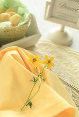 黄色い花とクッキー