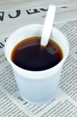 Vaso de café sobre un periódico