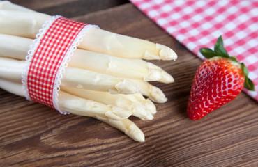 Spargel Bund mit Band, Erdbeeren und Tuch auf Holz I